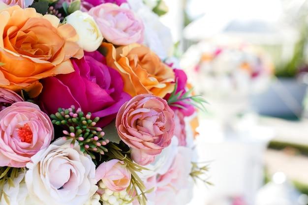 Dekorationen, die blumenstrauß von rosen und von eustomas der künstlichen blumen wedding sind. Premium Fotos