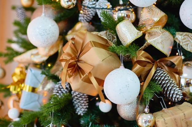 Dekorationen für einen weihnachtsbaum Premium Fotos