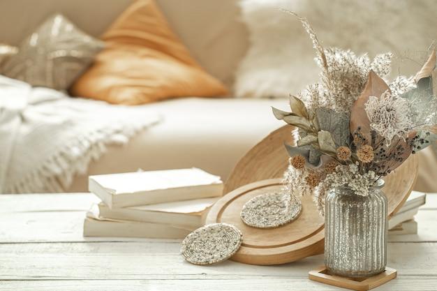 Dekorationsgegenstände im innenraum mit getrockneten blumen. Kostenlose Fotos