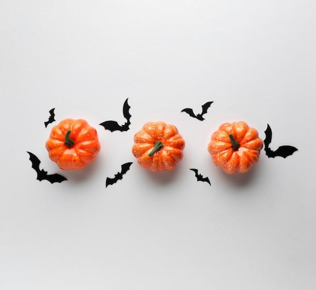 Dekorationskürbise mit halloween-schlägern Kostenlose Fotos
