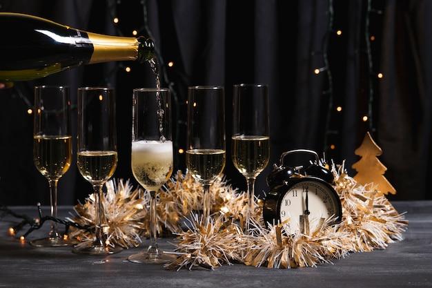 Dekorative begrüßungsparty mit champagner Kostenlose Fotos