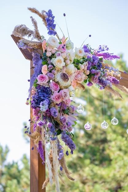 Dekorative dekoration des hochzeitsbogens mit frischen blumen Premium Fotos