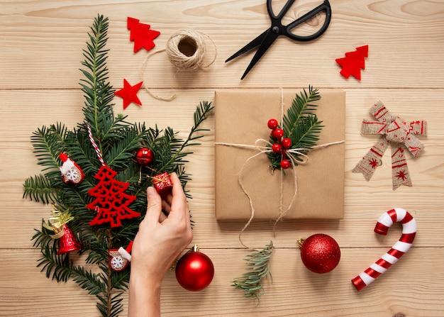 Dekorative geschenkschachtel und zuckerstange Kostenlose Fotos