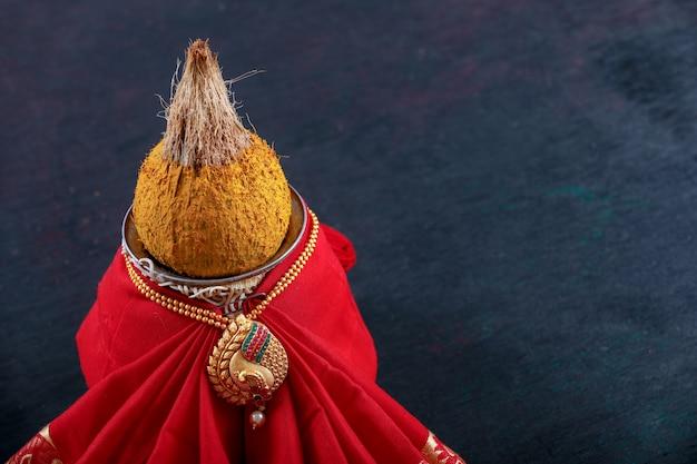 Dekorative kalash mit kokosnuss und blatt mit blumendekoration Premium Fotos