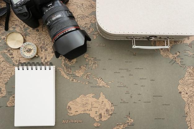 Dekorative Komposition mit verschiedenen Reiseutensilien Kostenlose Fotos