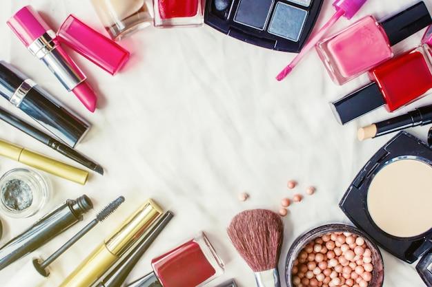 Dekorative kosmetik auf einem weißen hintergrund. selektiver fokus Premium Fotos