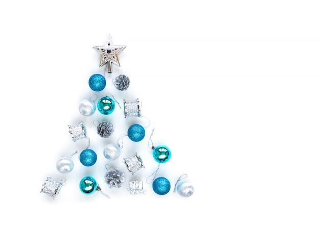 Dekorative verzierungen des weihnachtsbaums des silbernen sternes, der blauen kugeln, der lametta Premium Fotos