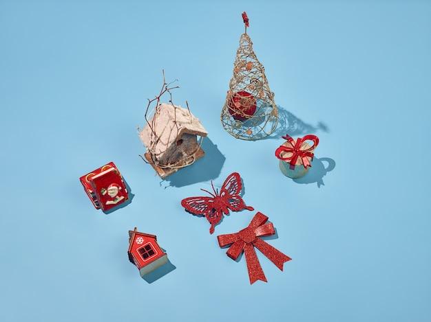 Dekorative weihnachtselemente auf blauem hintergrund Kostenlose Fotos