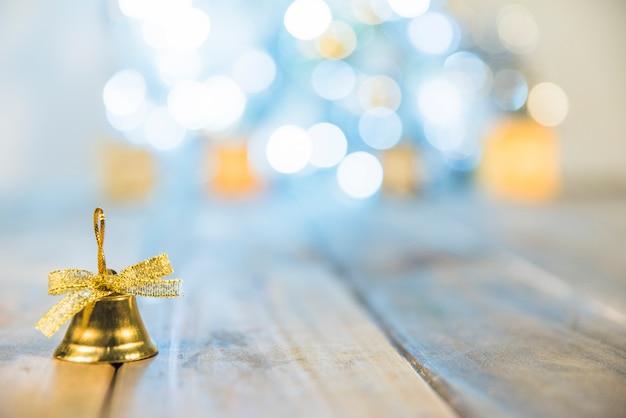 Dekorative weihnachtsglocke auf dem boden Kostenlose Fotos