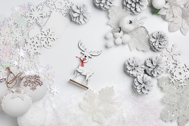 Dekorative weihnachtskomposition von spielzeugen auf einem weißen wand-surrealismus. draufsicht Kostenlose Fotos