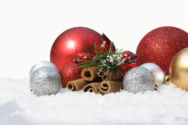 Dekorative weihnachtskugeln im schnee download der kostenlosen fotos - Bilder weihnachtskugeln ...