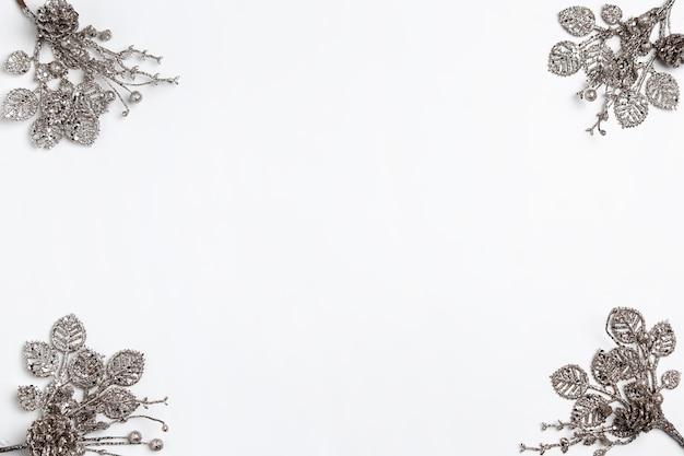 Dekorative weihnachtszusammensetzung von spielzeugen auf einem weißen tischhintergrund. Kostenlose Fotos
