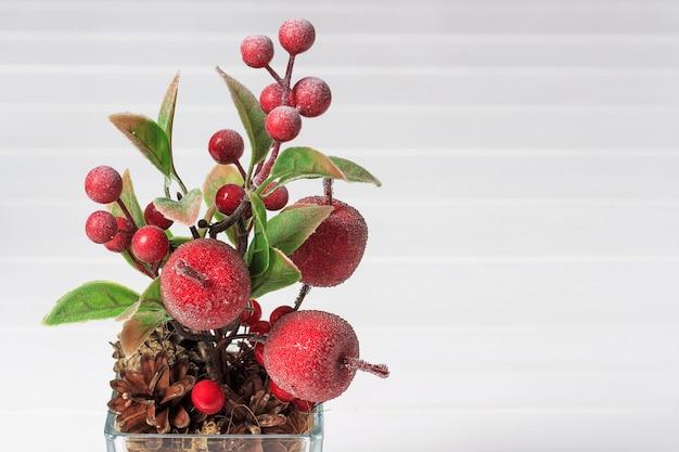 Dekorative zusammensetzung von künstlichen äpfeln und beeren Premium Fotos