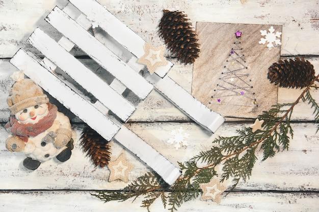 Dekorativer winterschlitten. weißer schlitten. weihnachtsdekoration. weihnachtskomposition. guter neujahrsgeist Premium Fotos