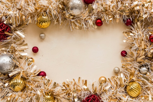 Dekoratives goldlametta mit ornamentkugeln Kostenlose Fotos