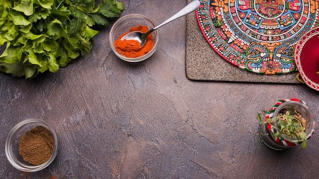 Dekoratives mexikanisches symbol an bord nahe pfeffer in den schüsseln und in den kräutern Kostenlose Fotos