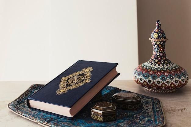 Dekoratives ramadan-konzept mit koran Kostenlose Fotos