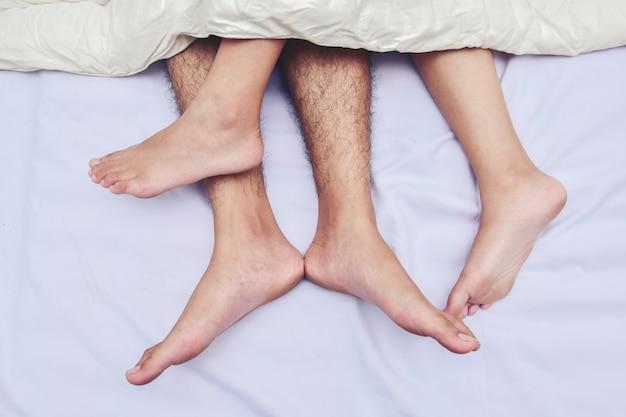 Dellen ein paar meter im bett. liebe, sex und partner. Premium Fotos
