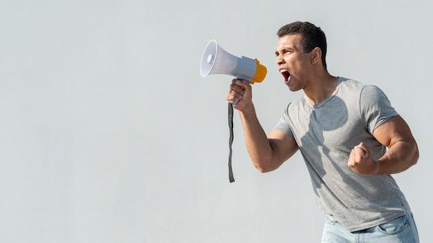 Demonstrant demonstriert mit megaphon Kostenlose Fotos