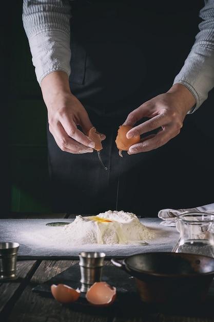 Den teig mit weiblichen händen zubereiten Premium Fotos