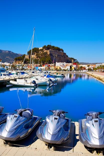 Denia marina hafen und schloss in alicante bei spanien Premium Fotos