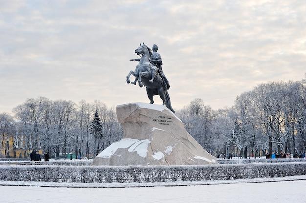 Denkmal für peter den großen, den bronzenen reiter in st. petersburg, russland Premium Fotos
