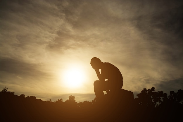 Depressiv trauer mann verzweiflung sitzen Premium Fotos