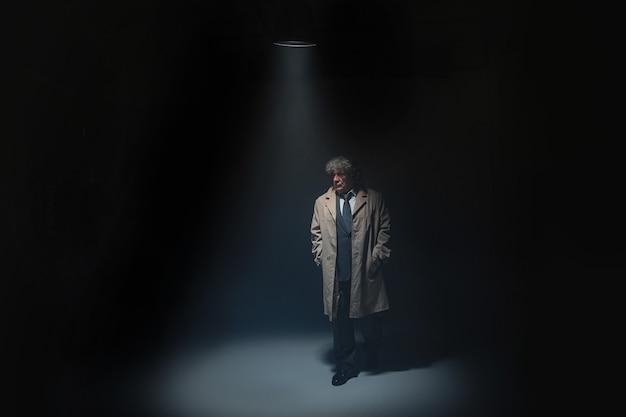 Der ältere mann als detektiv oder chef der mafia Kostenlose Fotos