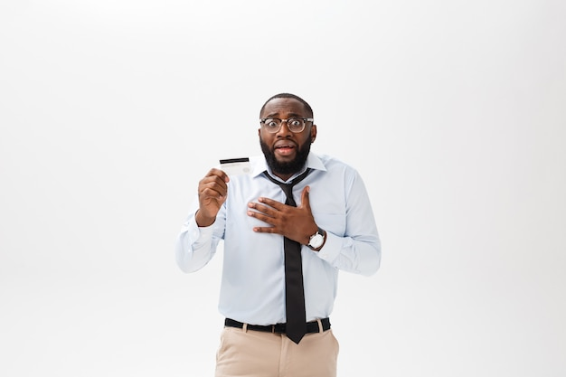 Der afroamerikanische mann, der kreditkarte über lokalisiertem hintergrund hält, erschrak im schock mit einem überraschungsgesicht Premium Fotos