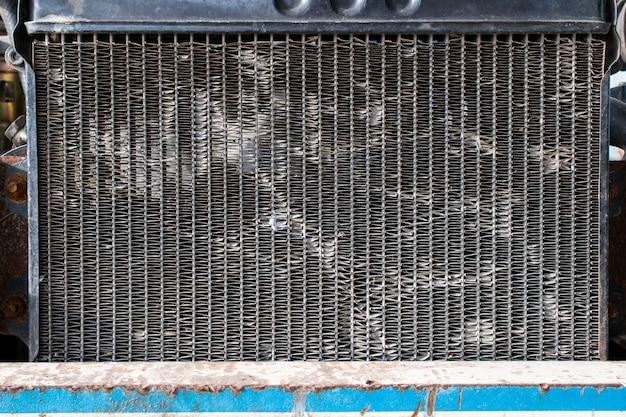 Der alte autokühler stellt die autoteilbeschaffenheit und -hintergrund dar. Premium Fotos