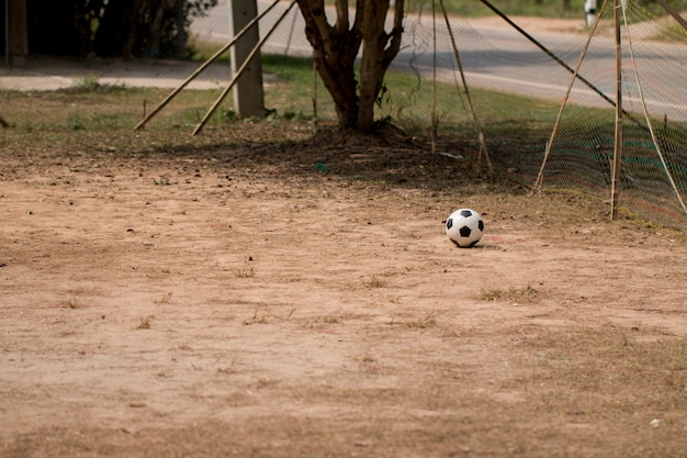 Der alte fußball auf gras schlechter, schlechtes fußballspielfeld an der landschaft Premium Fotos