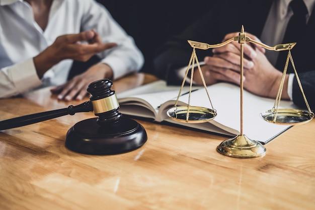 Der anwalt, der im gerichtssaal arbeitet, hat ein treffen mit dem klienten, in dem die vertragspapiere besprochen werden Premium Fotos