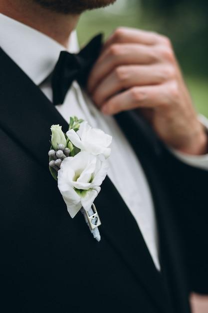 Der anzug des nahaufnahme-bräutigams Kostenlose Fotos