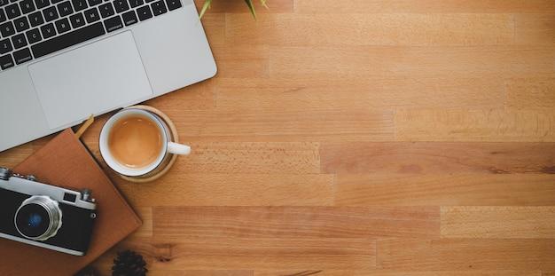 Der arbeitsplatz des fotografen mit laptop und weinlesekamera Premium Fotos