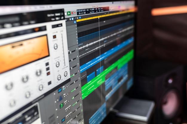 Der arbeitsplatz im aufnahmestudio mit programm auf computer-dj oder songwriter, um eine neue musik zu erstellen. Premium Fotos