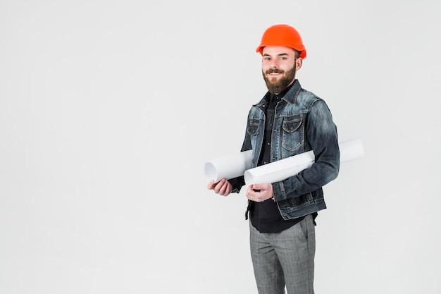 Der architekt, der weiß hält, rollte herauf plan gegen weißen hintergrund Kostenlose Fotos