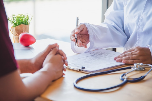 Der arzt bespricht mit dem patienten nach einer körperlichen untersuchung die ergebnisse und behandlungsrichtlinien. Premium Fotos