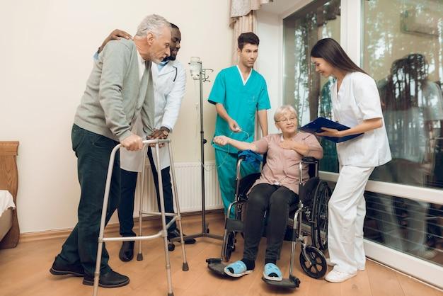 Der arzt spricht mit einer älteren frau in einem pflegeheim Premium Fotos