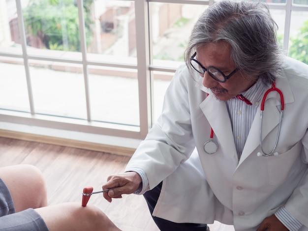 Der arzt untersucht das knie des patienten Premium Fotos