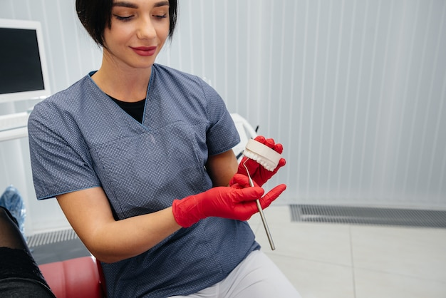 Der arzt zeigt einen abguss des kiefers des patienten Premium Fotos