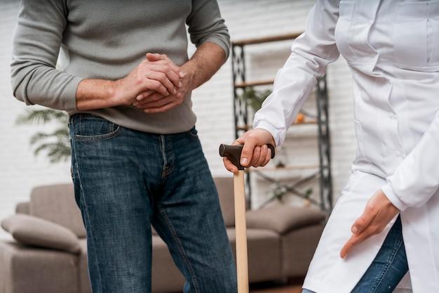 Der arzt zeigt ihrer patientin, wie man krücken benutzt Kostenlose Fotos