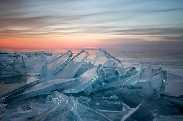 Der baikalsee bei sonnenuntergang, alles ist mit eis und schnee bedeckt, dickes klares blaues eis. l Premium Fotos