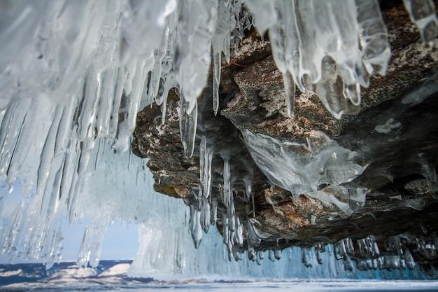 Der baikalsee ist ein frostiger wintertag. größter süßwassersee. der baikalsee ist mit eis und schnee bedeckt Premium Fotos