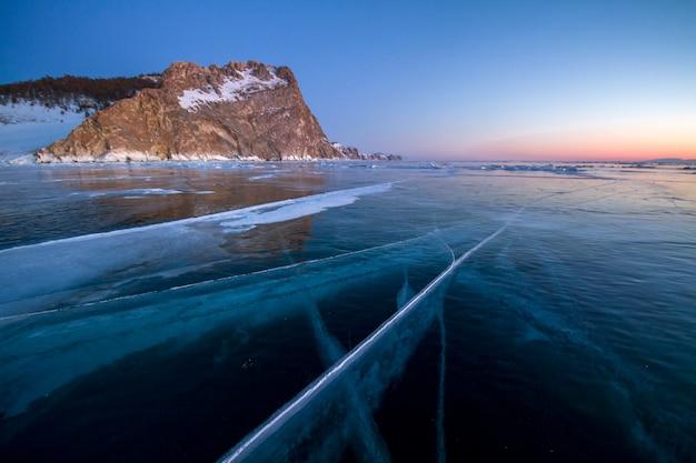 Der baikalsee ist mit eis und schnee bedeckt, starke kälte Premium Fotos