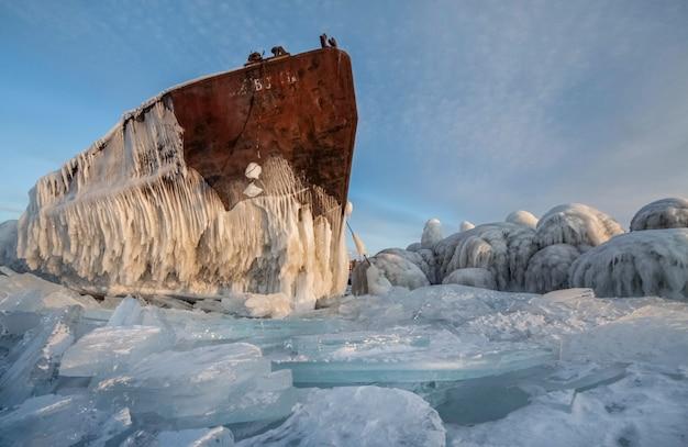 Der baikalsee ist mit eis und schnee bedeckt, starkes kaltes, dickes klares blaues eis Premium Fotos