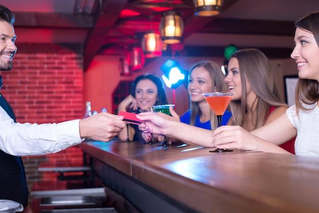 Der barkeeper gibt eine karte des käufers. Premium Fotos