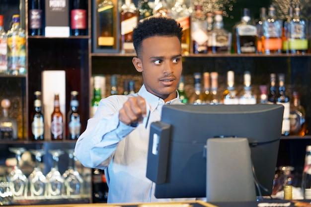 Der barmann an der kasse Premium Fotos