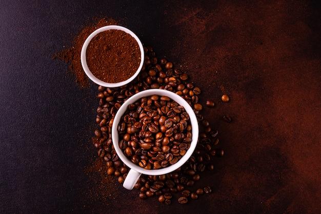 Der belebende morgenkaffee mit süßigkeiten. es kann als hintergrund verwendet werden Premium Fotos