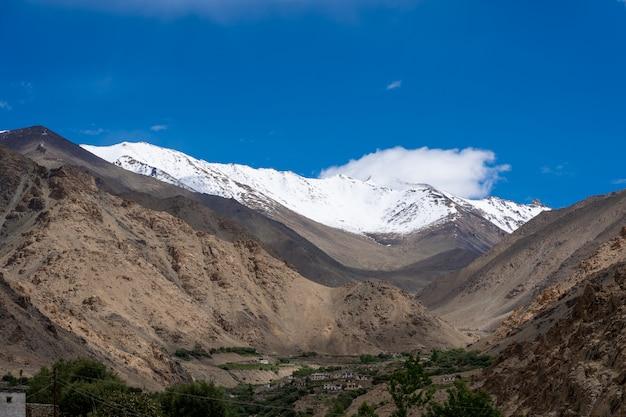Der berg der nordindischen himalaya-region (ihr) ist der abschnitt des himalaya Premium Fotos