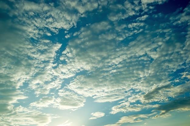 Der blaue himmel und die sonne am abend und die schönheit der natur. mit textfreiraum Premium Fotos